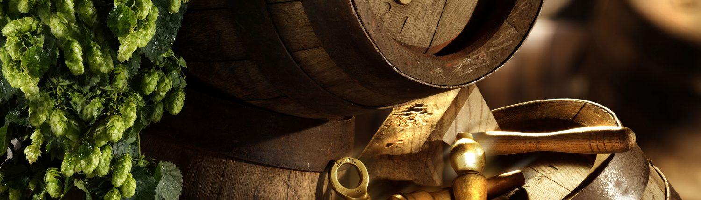Maierbräu - Hopfen und Bierfässer mit Zapfzeug