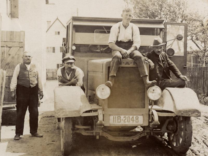 Historie Maierbräu Altomünster - Arbeiter auf LKW