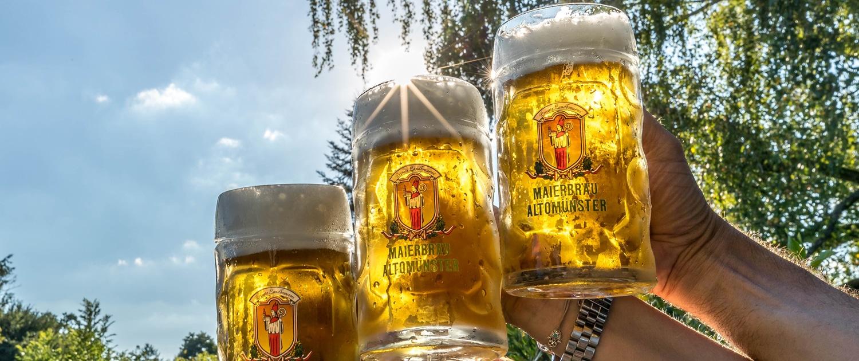 Maierbräu, Bier, Weißbier, Dunkles Bier, Bierkrüge im Sonnenlicht